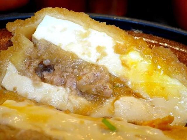 画像: 豆腐の間に国産豚のミンチが挟まった玉子とじ煮。豆腐はけっこうしっかりと硬いタイプの「絞り豆腐」です。