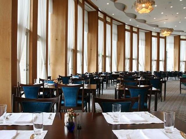 画像: 2フロア分を贅沢に使った天井高と、芦ノ湖に面した大きな窓が特徴的な開放感あふれるメインダイニングです。