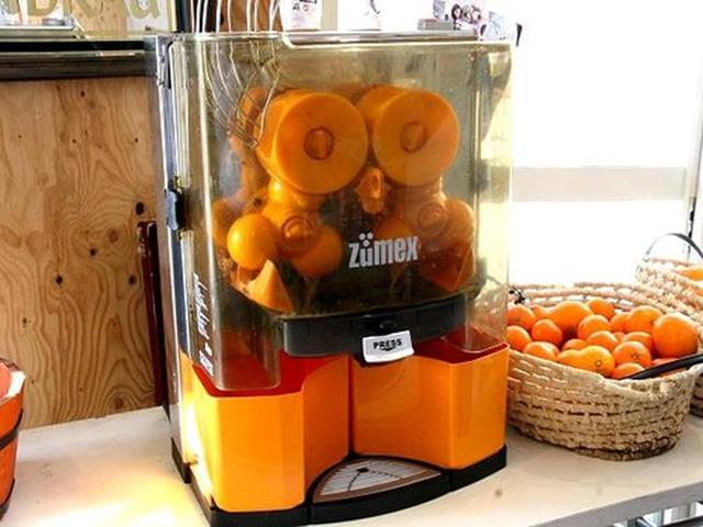 画像: 左側のイートインコーナーには、コールドプレスジュースの装置が。地元の柑橘類を入れれば、瞬く間に100%搾りたてジュースが完成!
