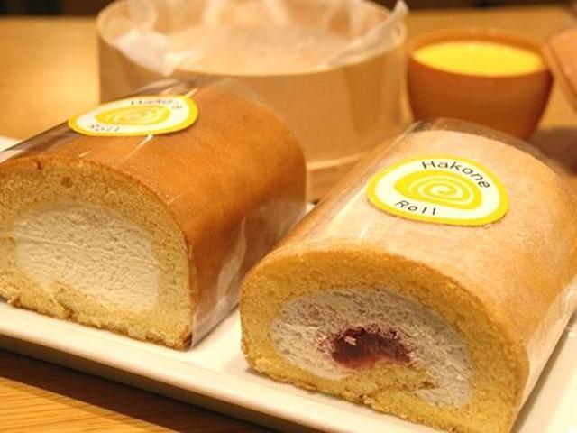 画像: 改札内にはテイクアウトの「スイーツショップ」が。「箱根ロール」は、和三盆の砂糖を使用した口溶け優しいクリームが印象的。
