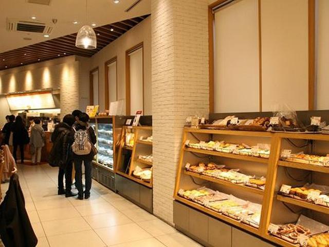 画像: 店内に入れば、美味しそうなパンが並び、テイクアウトのほか、64席ある店内でもいただくことができます。