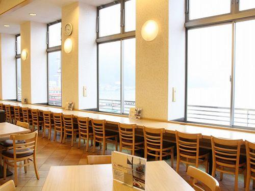 画像: カウンター席の前には雄大な芦ノ湖が広がっています。
