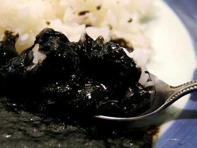 画像: 香ばしきイカスミの風味がカレーに加わっています。中辛といいますが、けっこう辛いです。