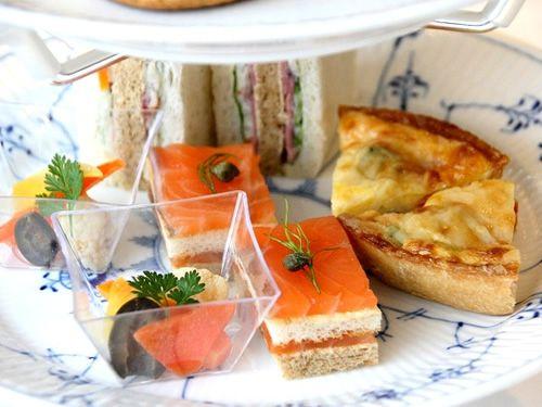 画像: 下段は、ビーフパストラミ サンドウィッチ・サーモンのタルティーヌ・季節のキッシュ・野菜のグレック。
