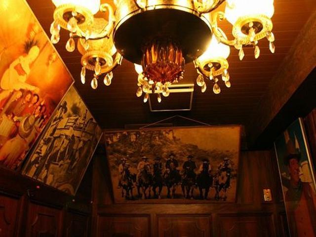 画像: もともとこの場所には『ニューハッピー』というマンモスバーがあったそう。制服のブラウスやチョッキが可愛らしいバーだったとか