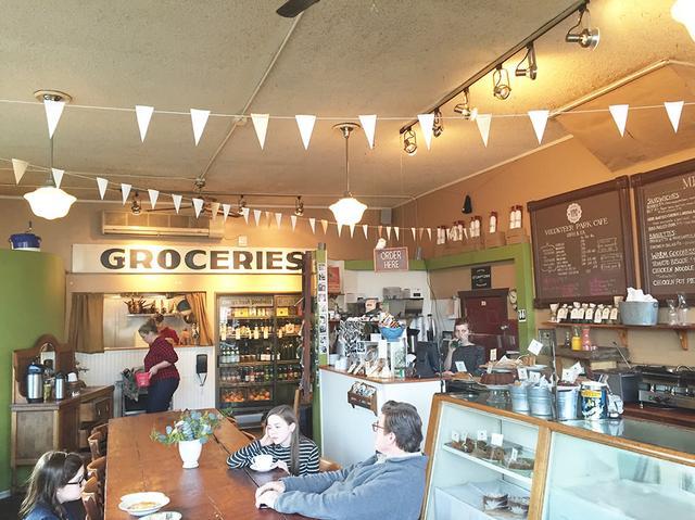 画像: 映画に出てくる田舎町のカフェのような内装