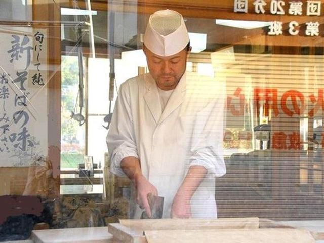 画像: 山寺の参道にある『美登屋』。ご主人の小笠原さんが、蕎麦打ちをなさっておりました。通りからよく見えます。手打ちだ!本物だ!