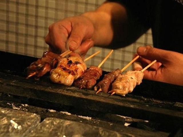 """画像: """"串焼酒場""""というだけあり、特に串焼には力を入れています。串打ちは自分たちで。お昼すぎから切って、串を打っているそう。"""