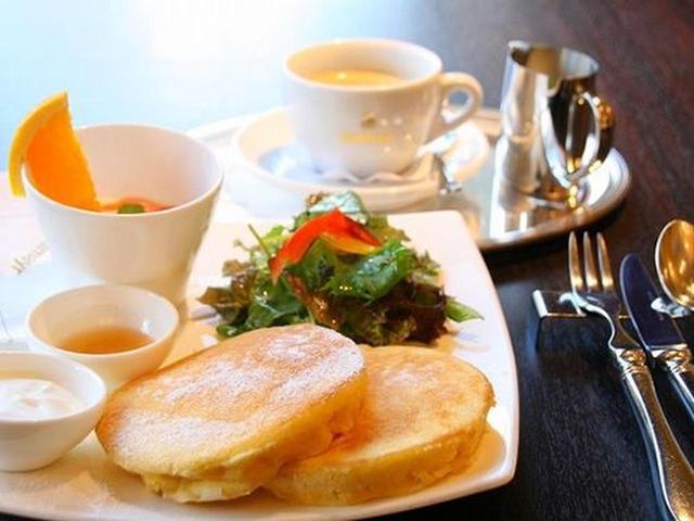 画像: 「モルゲン・ミュンフェンセット」ふわふわのパンケーキに生クリームとダルマイヤーの濃厚なはちみつを添えて。サラダ付き。