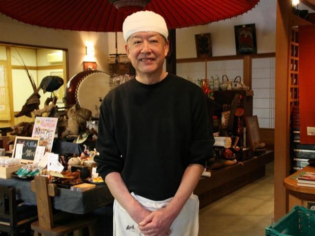 画像: ご主人は川見啓介さん。地元のそば店で研鑽を積んで独立して、もう約20年。「でも最近まで、一番新しいそば店でした」と川見さん。