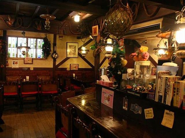画像: 洋風居酒屋らしい、ブラウンの木目が活きる店内。創業30余年。
