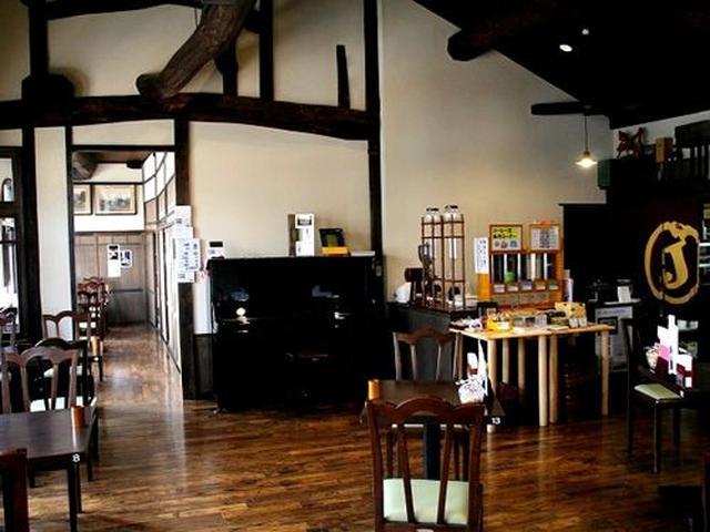 画像: 2階の喫茶室は、天井が高い素敵な雰囲気。天井梁や窓枠、柱などは建築当時のもので、天井東側には琉球王国伝来の龍の欄間も。