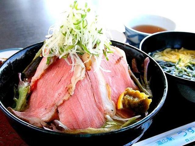 画像: 「淡路牛鉄火丼」。芳醇な自家製の淡路牛ローストビーフを、赤身のトロに見立てた贅沢丼。玉ねぎの食感もたまりません!