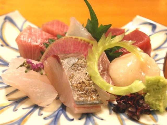 画像: 「造里盛り合わせ」は、地物を主体とした鮮魚のお刺身盛り合わせ。今日の寒ブリは10kg程度の大きさのもの。この分厚さは感動的。
