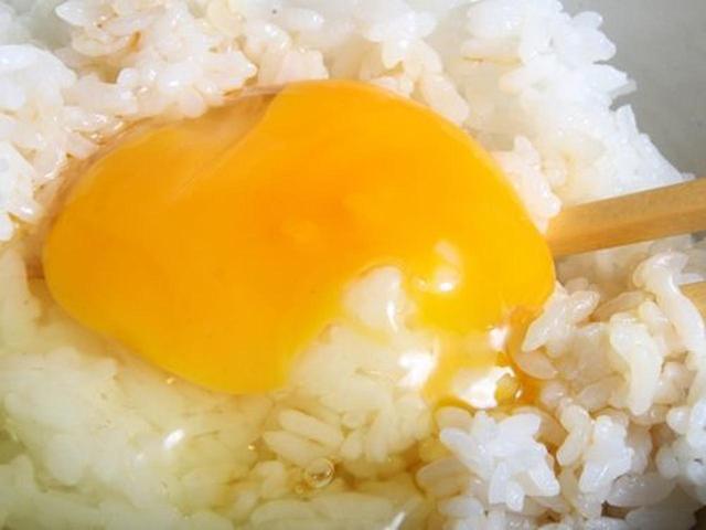 画像: 卓上の醤油を、ごはん&生卵にちょこっとかけて、いただきます!もう、「凄い美味しさ」!