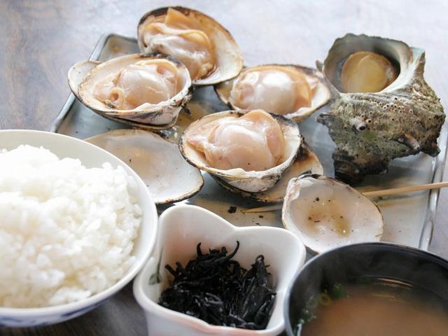 画像: 「つぼハマ定食」。注文が入ったら水槽から採り、醤油や出汁昆布、カツオ、酒などで作成した特製の醤油ダシと共に焼いて完成。