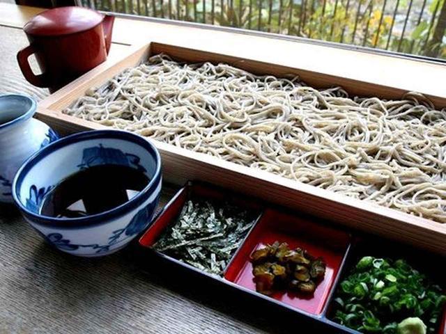 画像: 山形の蕎麦といえば、何といっても「板そば」です。四角い板に入った蕎麦は、ボリュームもたっぷりで食べごたえあり。