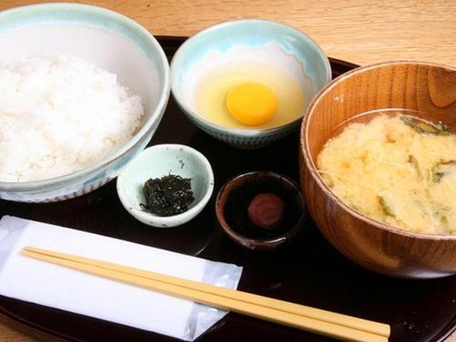 画像: ごはんは、長崎産のヒノヒカリで、お味噌汁も大きめの器にたっぷり。わぁ、これは美味しそうですね。あれ?でも、生卵が無い。