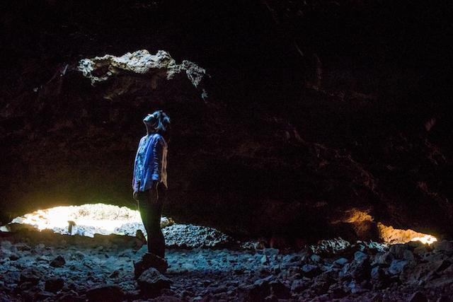 画像: 光が射す穴の下に立ち、写真を撮るとオーラが写る