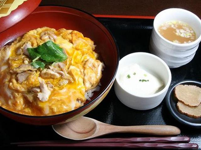 画像: 秋田美人豆腐、比内地鶏スープ、がっこ付き。蓋を開ければ、湯気とともに、ふわりとただよう香ばしさ。