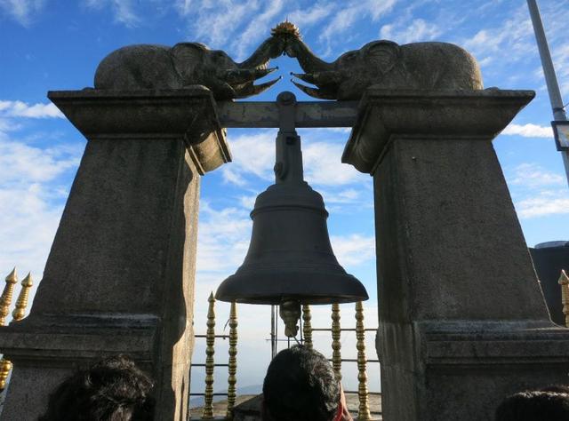 画像: 寺院のそばにある鐘。列をなし、巡礼者が鐘をついています