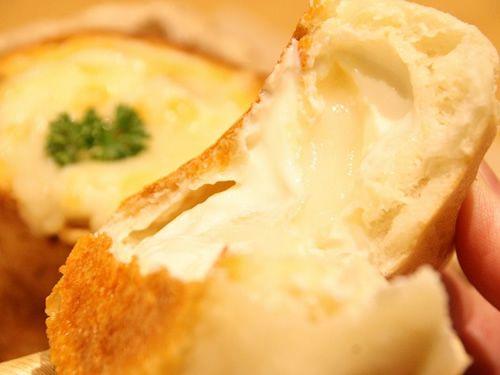 画像: 「もっチーナ」は、フランスパン生地にお餅とチーズが入っています。