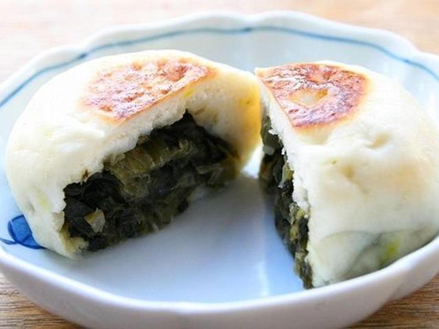 画像: 山形名物の青菜漬け(せいさいづけ)を蕎麦湯で煮て、米粉と里芋、紅花を加えた皮で包んだ、おやき。ピリ辛テイストもイケます!