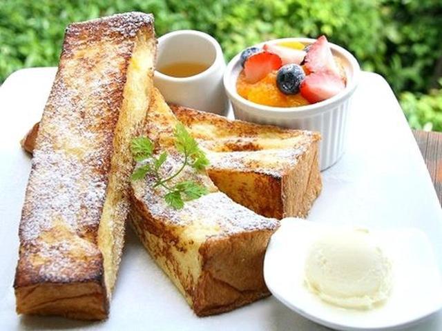 画像: 料理で人気なのが「フラッフィーフレンチトースト 季節のフルーツ盛り合わせ」。パンのふわっとした食感が楽しめます。