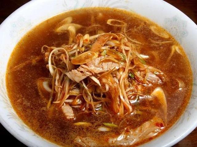 画像: 「ネギそば」。鶏ベースのブイヨンスープに、ラージャンと豆板醤などで味付けをしています。ピリ辛ですが、ネギなどの甘さも。