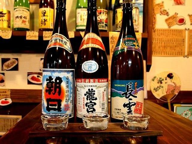 画像: 「黒糖焼酎3種味くらべ」棚に陳列している黒糖焼酎から好きなものを3種類選んで味くらべが出来るそう!