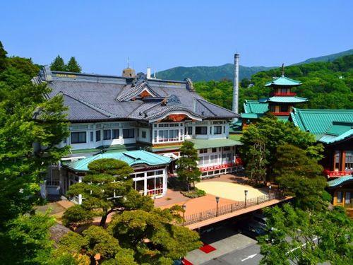 画像: 社寺建築を思わせる瓦葺屋根、唐破風の建物。クラシックなフロントやロビーに時代の流れ、そしてゆったりとした時間を感じます。