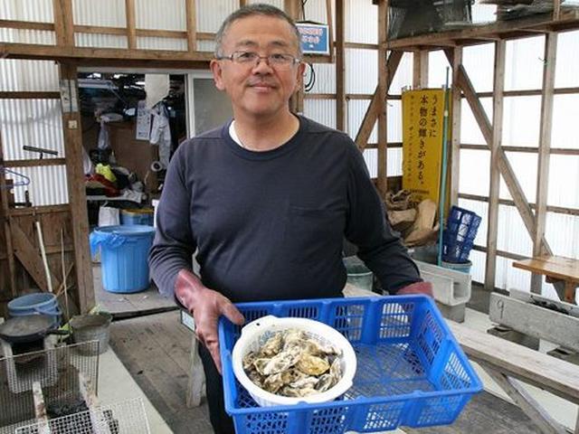 画像: 社長の末竹邦彦さん。かきの塩分濃度が高くなる近海で養殖するので、海のミルクと呼ばれるうまみたっぷりの状態になるのだとか。