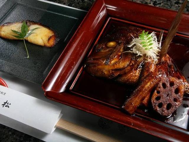 画像: 「寿司割烹 小松」で、ぜひ味わいたいのが、「ひらすの味噌漬け」と「鯛あらだき」。