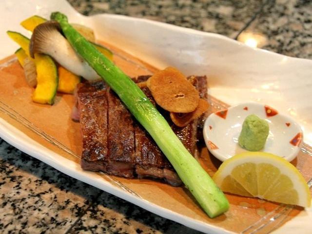 画像: 「黒毛和牛のサーロインステーキ(150g)」。肉厚で、程よいサシ(脂身)の入ったサーロインステーキをガーリックオイルで味わいます。