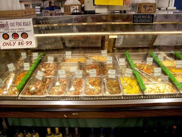 画像: いろんな種類のポケがずらっと並ぶ。毎日食べても食べきれない