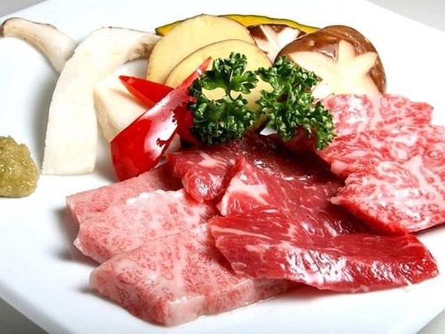 画像: 冷麺とともに焼肉を。「岩手三昧」。霜降りの前沢牛、赤身の短角牛、リブロースの雫石牛が味わえる贅沢な3点セット。