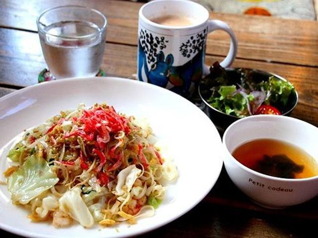 画像: 「パッタイランチ(タイ風ピリ辛焼ビーフン・エビ・玉子・唐辛子・キャベツ・もやし入り サラダ&スープ&お好きなドリンク)」。