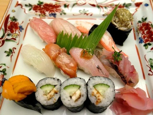 画像: 「上にぎり 赤出し付き」。新鮮な地魚を使用した「をり鶴」自慢の一品。津居山漁港から直接仕入れたネタは鮮度抜群です。
