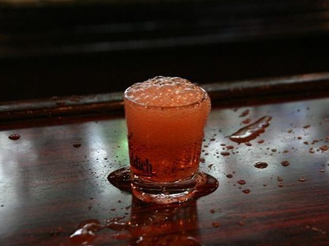 画像: 「テキーラホッパー」が看板メニューです。テキーラと炭酸を合わせて、グラスをパーンとカウンターに叩きつけます。