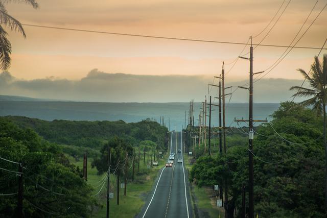 画像: 島の南を通り、キラウエア火山へと続く11号線