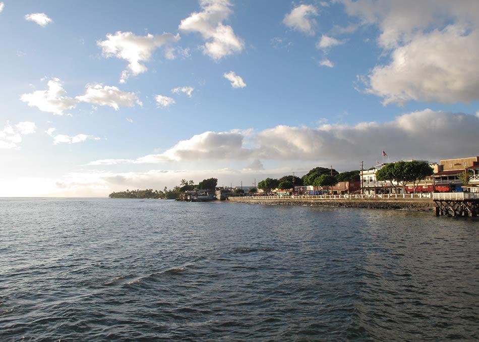 画像: 古都ラハイナの町並み。古い木造家屋が長屋のように並ぶ、ノスタルジーを感じさせる港町