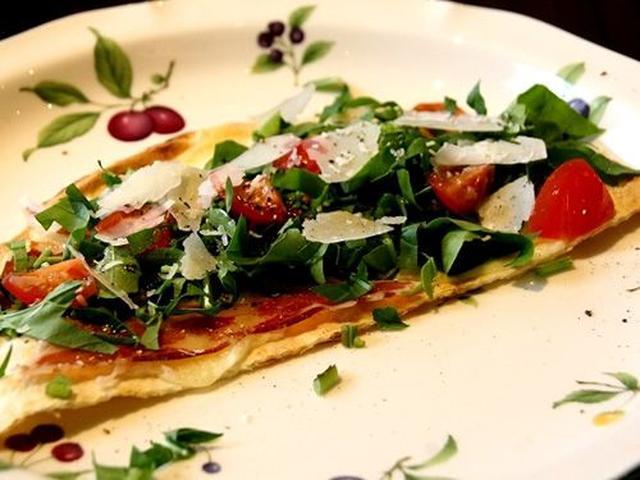 画像: PIADINAイタリアのピザ風サンドイッチだそう。通常のパスタランチコースの場合は、自家製ハーブバターバゲットが出ます。