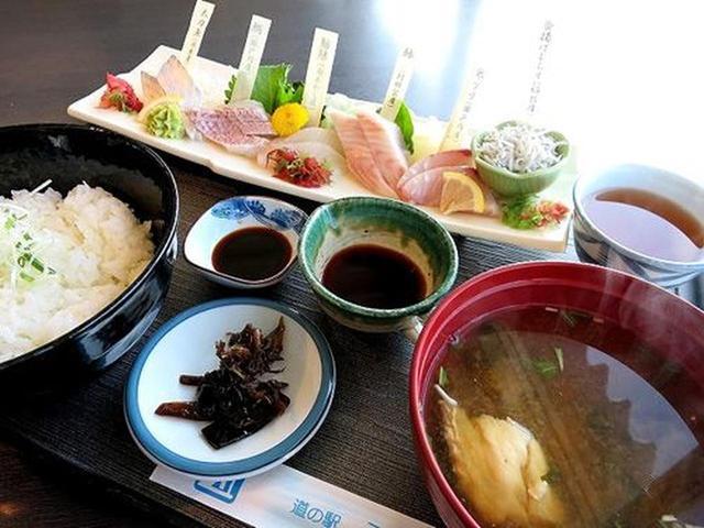 画像: 「白い海鮮丼」。皿の上には、その日の入荷から目利きで選んだ新鮮な白身の地魚5種類がズラリ。