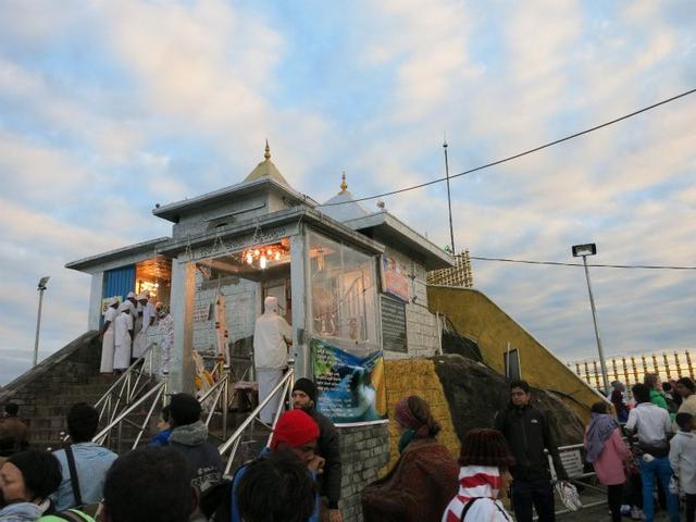 画像: 大きな足跡がまつられている山頂の寺院。建物内は撮影禁止