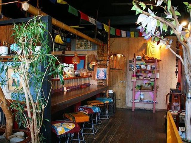 画像: 店内は竹や草木を活かした、アジアンリゾート的な雰囲気が漂っています。