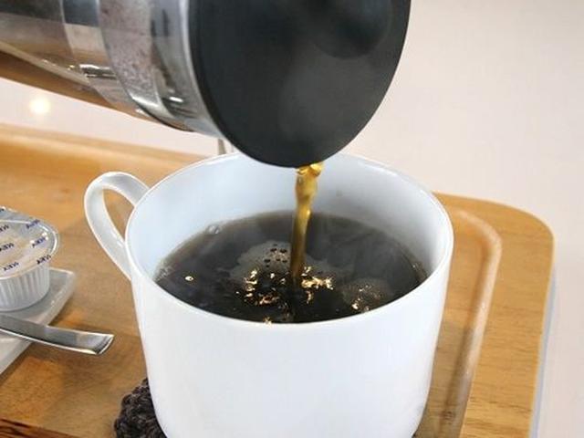 画像: フレンチプレスで淹れるコーヒー。油脂分を充分に抽出できて、豆の持ち味を楽しめるそう。優雅なひとときという感じも素敵です。