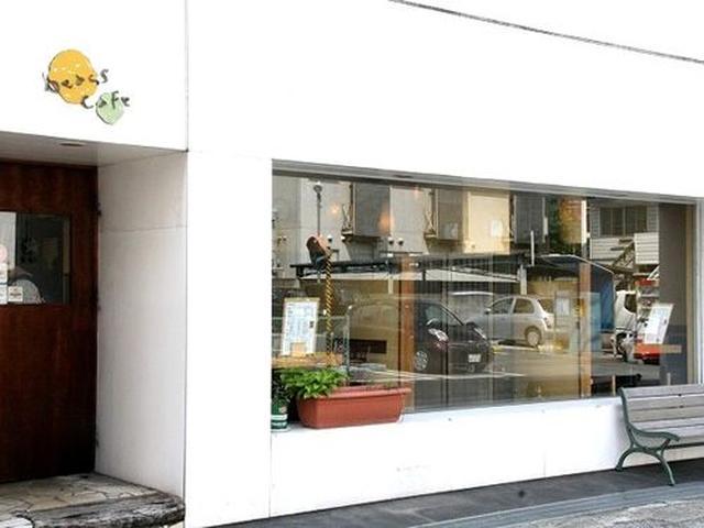 画像: 白を基調とした、洒落た雰囲気の外観です。豆のカフェ?と不思議な気分で入店。