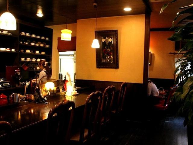 画像: 店内は、照明が控えめで、重厚なる造り。カウンターのほかテーブル席も多い、カフェ。