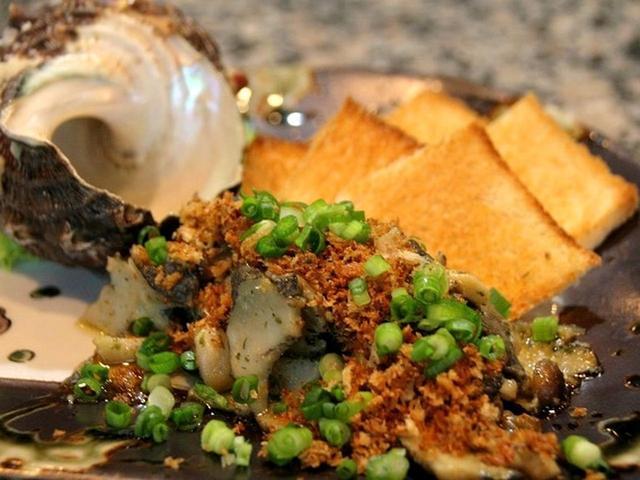 画像: 「さざえのエスカルゴ風」。予めボイルをしたさざえを、ガーリックバターとパン粉で仕上げています。醤油が隠し味になっています。
