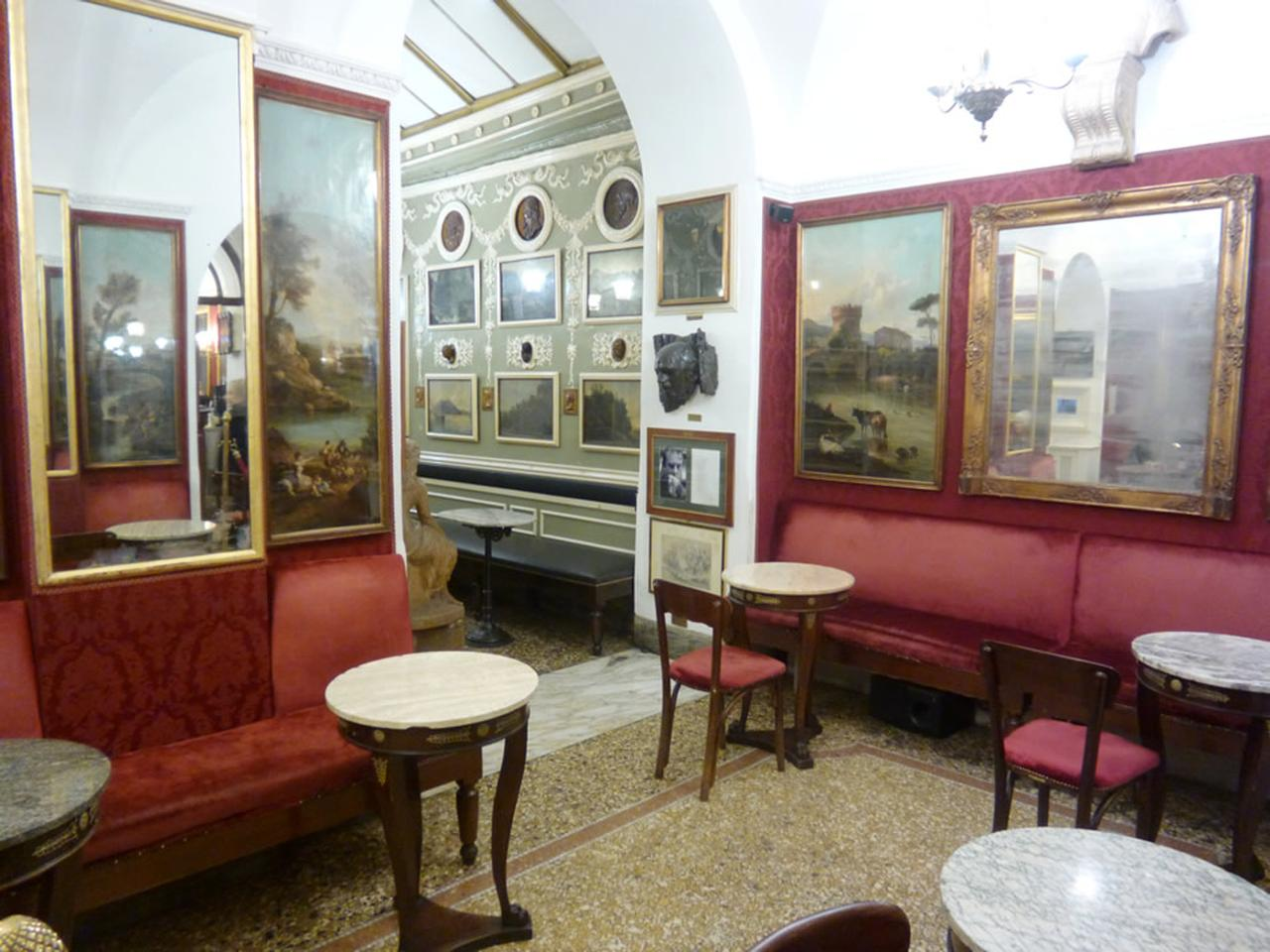画像: 店内には300点以上もの芸術作品が飾られている。アンデルセンやスタンダールなどの文豪が常連だったという、昔の時代にタイムスリップしたよう